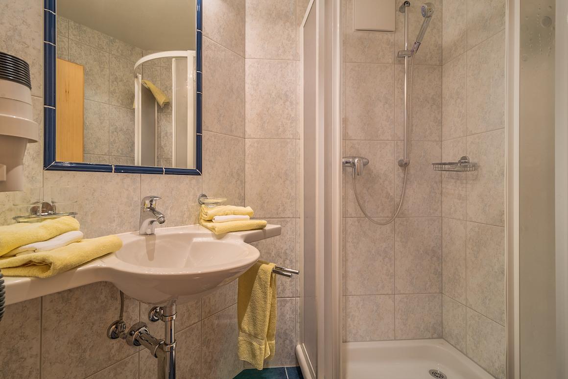 Dusche im Appartement Chasa Nova